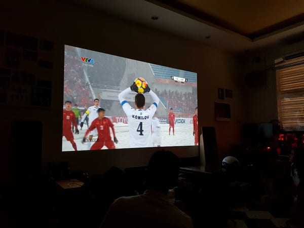 máy chiếu xem bóng đá cho quán cafe