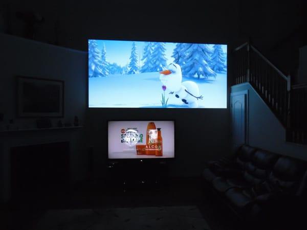 máy chiếu và tivi